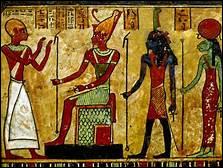 De quel objet la tête de Maât est-elle très souvent surmontée dans les représentations de cette déesse ?