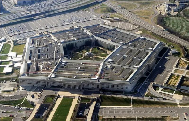 Près de quelle ville est situé le Pentagone, quartier général du département de la Défense des États-Unis ?