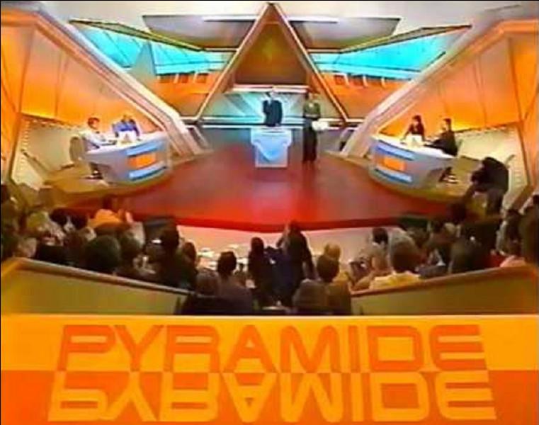 Au début qui était le présentateur du jeu télévisé ''Pyramide'' ?