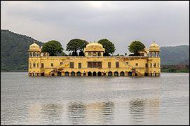 Près de quelle grande ville indienne est situé le Jal Mahal ?
