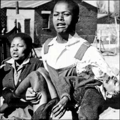 Quelle banlieue de Johannesburg a été le théâtre de manifestations écolières réprimées dans le sang en 1976 ?