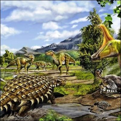 Quel dinosaure du Crétacé, découvert en 1889, est facilement reconnaissable, entre autres, à sa grande collerette osseuse ?