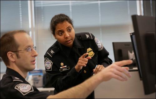 Au passage d'un contrôle de police des frontières dans un aéroport sud-américain, le policier te demande des informations en espagnol, comment réagis-tu ?