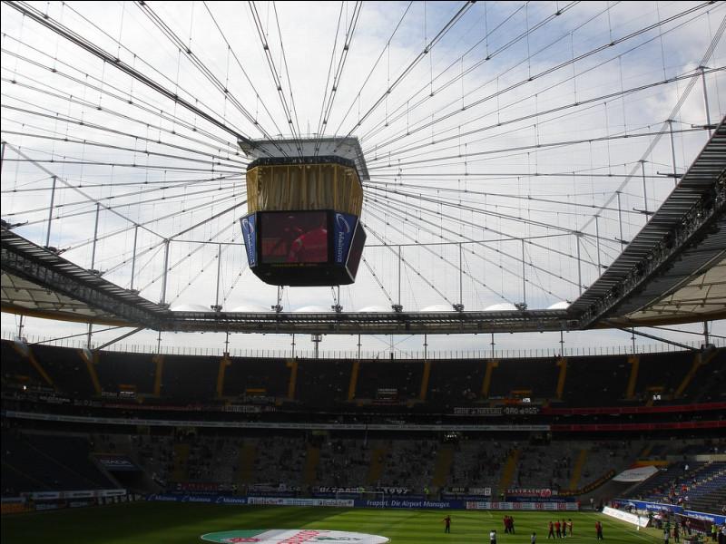 Quel club allemand joue à la Commerzbank-Arena ?
