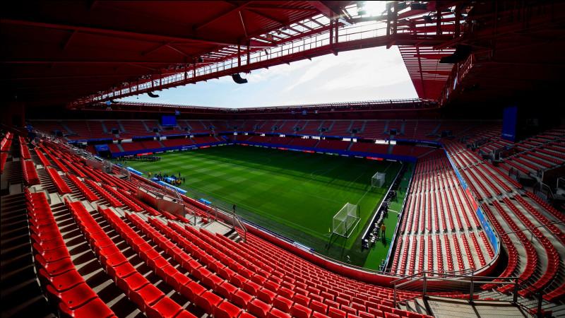 Quel club de Ligue 2 joue au stade du Hainaut ?
