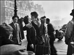 """Quel photographe (un des principaux représentants du courant de la photographie humaniste française) a pris ce cliché intitulé """"Le Baiser de l'hôtel de ville"""", en 1950 à proximité de l'hôtel de ville de Paris ?"""