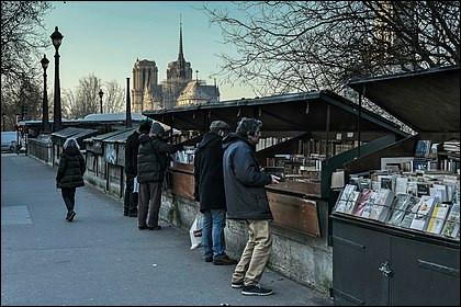 De quand date la tradition des bouquinistes présents sur une grande partie des quais de la Seine ?