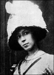 """Pour quelle femme peintre qu'il a aimée passionnément Guillaume Apollinaire a-t-il écrit son fameux poème """"Sous le pont Mirabeau"""" ?"""