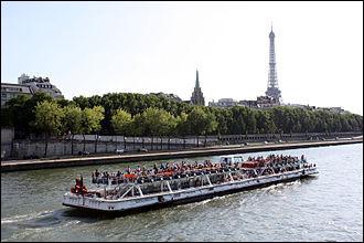 À quelle occasion les célèbres bateaux-mouches parisiens (embarcations utilisées pour le tourisme fluvial) ont-ils fait leur entrée dans la capitale ?