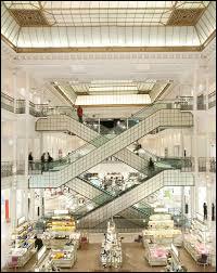 Comment s'appelle le premier grand magasin parisien qui incarne véritablement la révolution commerciale et offre un vaste choix de rayons différents sur une très grande surface, conçu et réalisé en 1852 par Aristide Boucicaut ?
