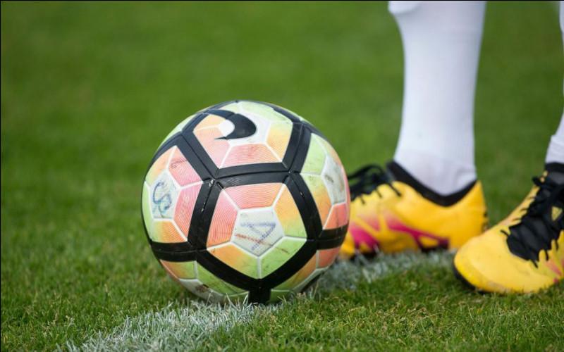 Football : un défenseur fait sortir la balle derrière son but, que se passe-t-il ?