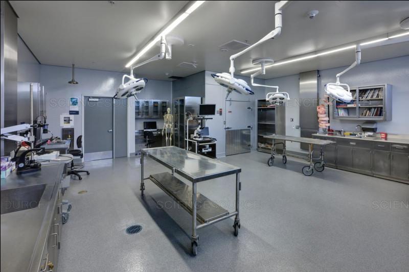 Quelle branche de médecine opère dans cette pièce un peu glauque ?