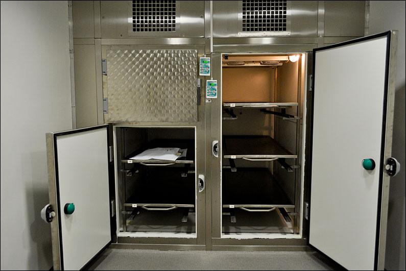 Dans une morgue, quel genre de personne sont admises dans ces types de placards ?