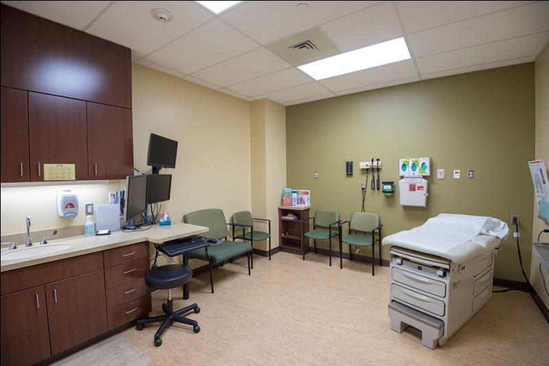 À l'intérieur de cette salle, un médecin spécialiste est présent. Il en existe un pour chaque domaine : neurologue, cardiologue, dermatologue, psychiatre, physique-réadaptateur. Combien y a-t-il de salles ?