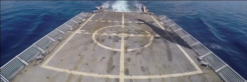 Le bâtiment peut accueillir un hélicoptère de tout type sur son pont d'envol. D'après l'ombre au sol, quel hélicoptère vient de décoller ?