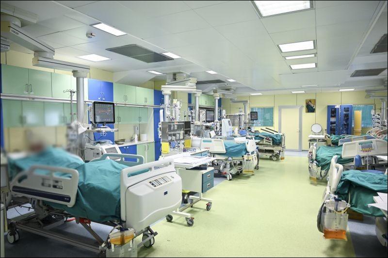 Les patients nécessitant une prise en charge médicalisée et en continu sont orientés dans le service de réanimation avec ses 40 lits. Une salle de ce type se compose de 5 lits. Combien y a t-il de chambres de réanimation ?