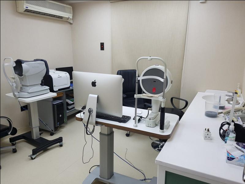 Effectuer un bilan des yeux ou encore détecter voire surveiller une maladie touchant l'œil, ce spécialiste dispose de tout le nécessaire à bord. C'est...