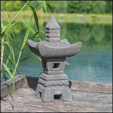 En décoration, je peux mettre une petite lanterne en pierre, elle renforcera l'ambiance de mon jardin japonais.