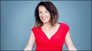 Qui est cette comédienne humoriste toujours vêtue de rouge, connue aussi bien pour ses chroniques à la télévision ou à la radio que pour ses spectacles sur scène ?