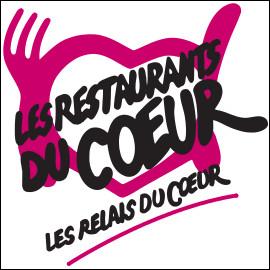 Quel humoriste français, candidat aux élections présidentielles en 1981, a fondé les « Restos du Cœur », qui viennent en aide aux personnes démunies, notamment dans le domaine alimentaire par l'accès à des repas gratuits ?
