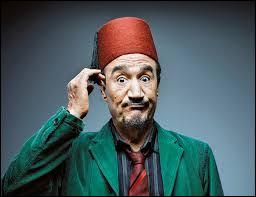 Qui est cet humoriste algérien jonglant en permanence entre le berbère, l'arabe et le français dans des sketchs virtuoses et hilarants qui allient critique féroce des systèmes d'oppression, qu'ils soient étatiques, tribaux ou familiaux, et moquerie pleine de tendresse envers les travers humains ?