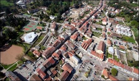 Petite ville de 6 500 habitants du département de l'Isère, située dans la vallée de la Fure, aux limites de la plaine de Bièvre, du plateau de Chambaran et des Terres froides :