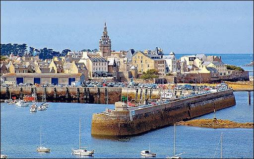 Petite ville de 3 400 habitants du département du Finistère, située sur la côte nord du Léon :