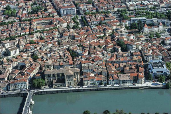Ville de 33 000 habitants du département de la Drôme, située sur la rive droite de l'Isère, connue pour son ancienne industrie de la chaussure :