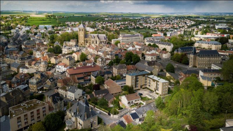 Ville de 7 700 habitants du département des Ardennes, située à la limite de la plaine de Champagne, traversée par l'Aisne au début de son cours :