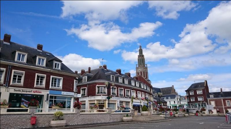 Petite ville de 5 800 habitants du département de la Somme, située dans l'est du département, dans la plaine du Santerre :