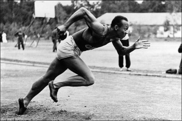Cet athlète américain, considéré comme le premier sportif noir de renommée internationale, quadruple médaillé d'or lors des Jeux olympiques de 1936 à Berlin, c'est ... Owens.