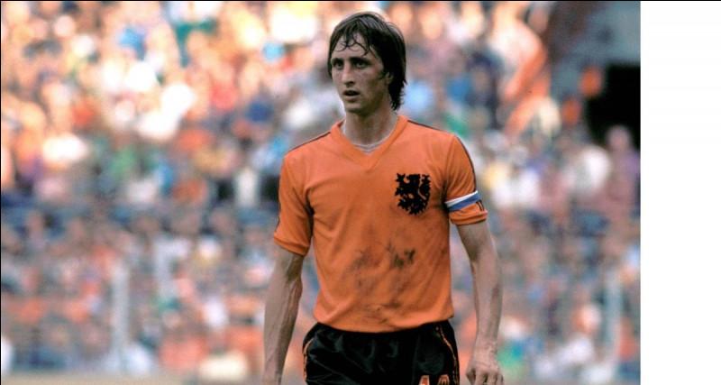 Ce footballeur néerlandais, le premier à recevoir trois fois le Ballon d'or, a remporté trois Coupes d'Europe des clubs champions avec l'Ajax Amsterdam : c'est ... Cruyff.