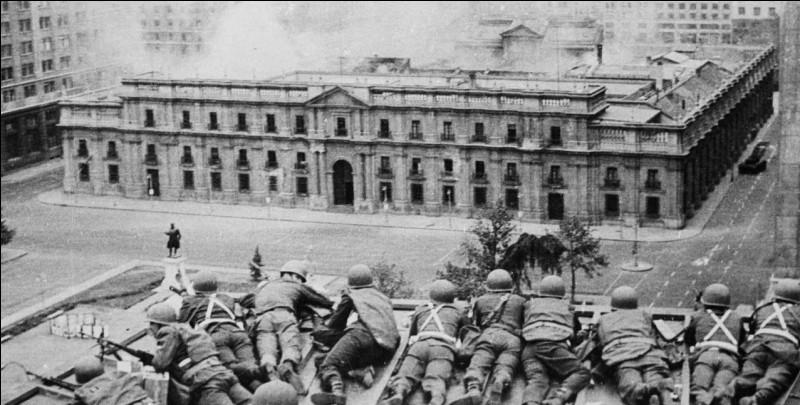 Le 11 septembre 1973, quel président chilien est renversé par un général de l'armée soutenu par les États-Unis, lors du siège et bombardement du palais présidentiel ?