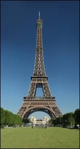 La tour Eiffel est, en fait, un porte-manteau pour les géants :