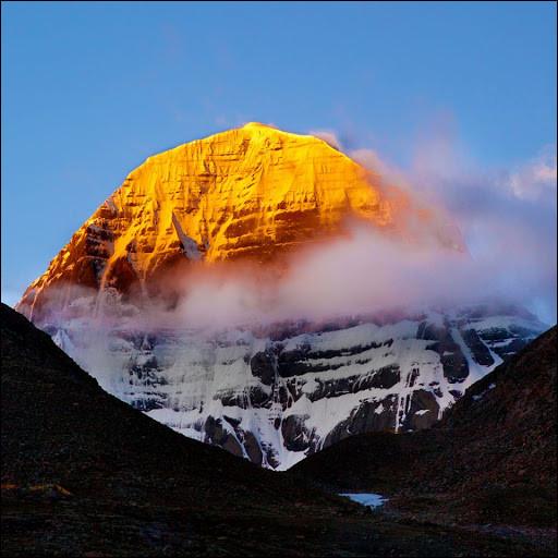 Le mont Kailash est sacré pour quatre des grandes religions asiatiques, dont l'hindouisme et le bouddhisme. Culminant à 6638 mètres d'altitude, il reste néanmoins interdit d'accès aux éventuels alpinistes qui oseraient s'y aventurer. Et à raison, puisque selon la croyance hindoue, il s'agirait de la demeure d'une divinité. Laquelle ?