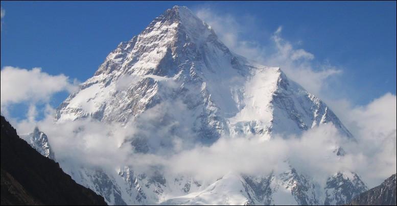 Terrible et magnifique sommet qu'est le K2, montagne du Karakoram... Il est considéré par beaucoup comme l'un des 8000 les plus difficiles à gravir. Quiconque s'y aventure accepte de laisser sa vie entre les mains du destin : le meilleur alpiniste n'est pas à l'abri d'une chute de sérac. Il mérite bien son surnom : quel est-il ?