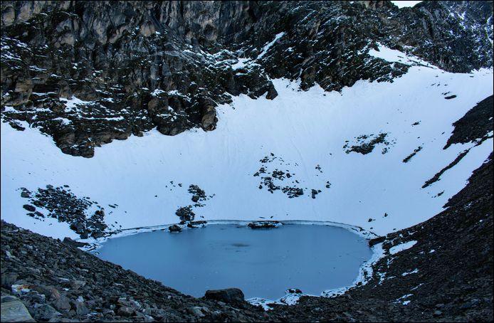 Le lac Roopkund, situé au fin fond de la partie indienne de l'Himalaya, possède une sinistre particularité. Laquelle ?