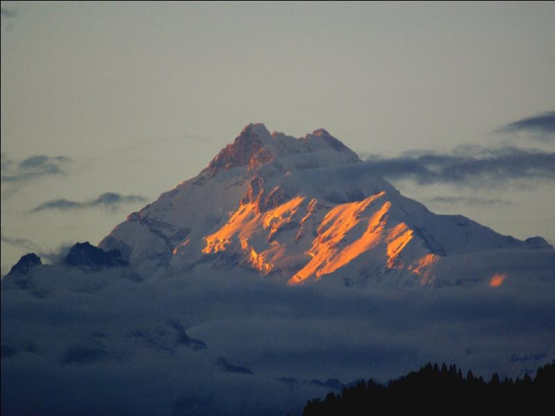 """Le Kangchenjunga a été considéré jusqu'en 1852 comme le plus haut sommet du monde par les sociétés occidentales. Il fut par la suite déclassé au profit de l'Everest et du K2. Ces trois montagnes font partie du club des 8000, qui regroupe tous les sommets de plus de 8000 mètres à travers le monde. On peut trouver une certaine ironie à la formule """"à travers le monde"""" dans ce cas précis. Pourquoi ?"""