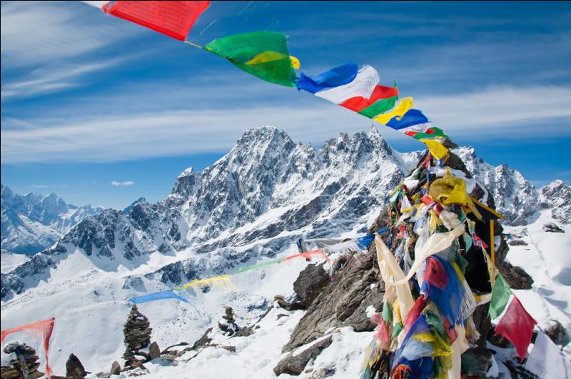 Les loungta, petits drapeaux à prière tibétains, sont des guirlandes de petits rectangles de tissu coloré imprimés de différents mantras ou de prières. Selon la croyance populaire, quelle est leur principale utilité ?