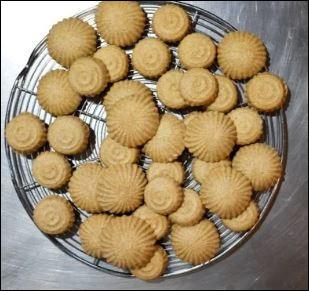 Quel est le nom de ces biscuits orientaux notamment fait à base de semoule, de farine et de dattes ?