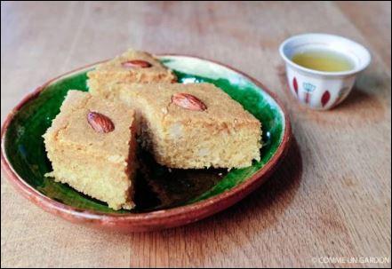 Quel est le nom de ces gâteaux à base de semoule, ici à la noix de coco sur la photo ?