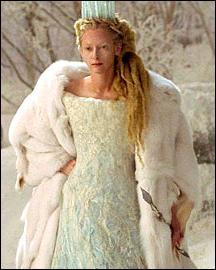 Elle est une cruelle sorcière, depuis qu'elle règne sur Narnia, l'hiver y est permanent :