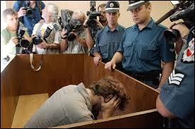 Quel chanteur d'un célèbre groupe de musique est jugé et condamné le 29 mars 2004 à huit ans de prison ferme par le tribunal de Vilnius pour le meurtre de sa compagne, Marie Trintignant ?