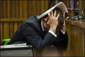 Quel sportif a été inculpé en 2013 à Pretoria, pour le meurtre de sa compagne, la mannequin et présentatrice Reeva Steenkamp ?