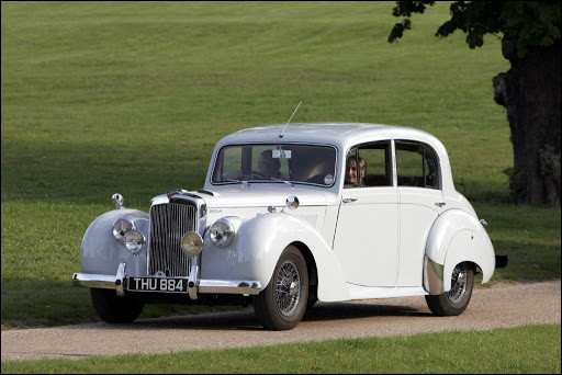 Cette berline britannique au design conservateur, la dernière de sa marque à afficher ce design typé avant-guerre, promettait d'atteindre 100 mph (160 km/h environ). Quel est son nom ?