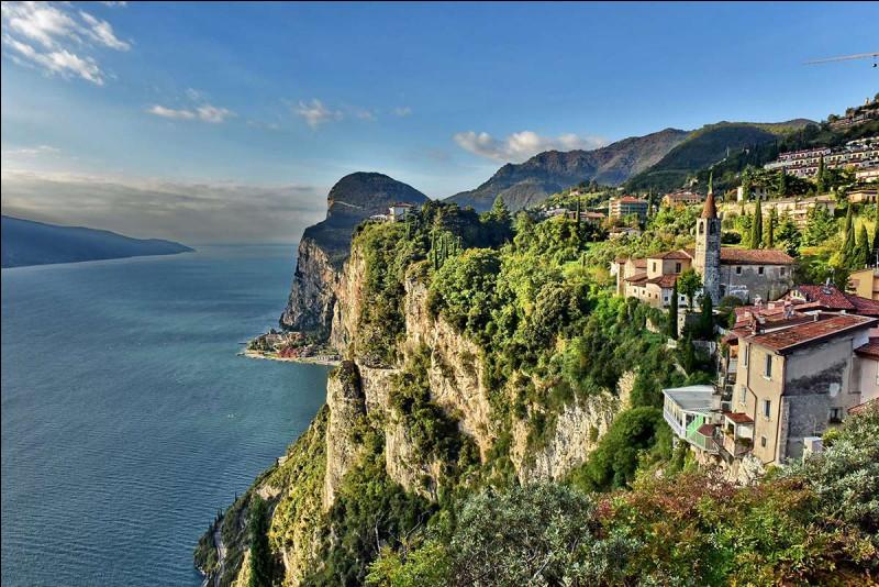 Dit également Benàco et ayant comme émissaire le fleuve Mincio, de quel lac de Lombardie parle-t-on ?(ph. : Le lac à Tremosine)