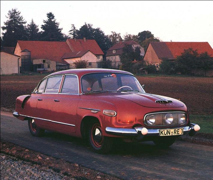 """Avec sa ligne fuselée et son moteur V8, cette imposante voiture était """"la voiture la plus désirable de l'Est européen"""". Mais ce V8, placé à l'arrière, lui a également valu le sobriquet de """"tueuse de ministres"""". Vous voyez pourquoi ?"""