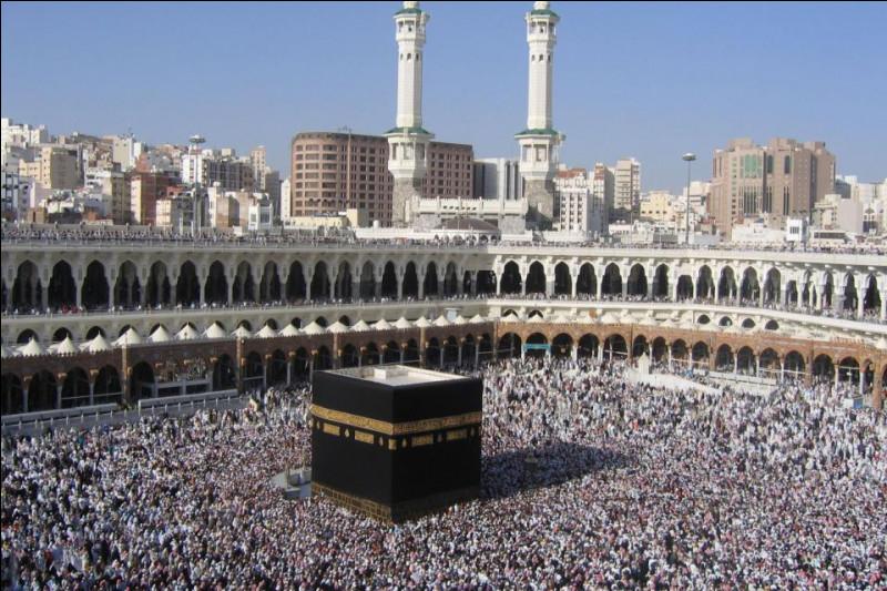 Comment s'appelle le grand cube noir qui se trouve à la mosquée de la Mecque ?