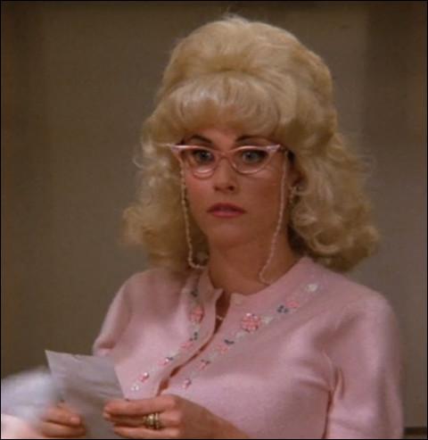 Comment s'appelle le bar année 90 dans lequel travaille Monica ?