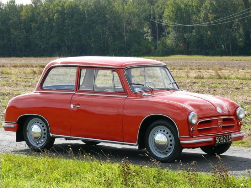 """Traction avant et carrosserie en """"duroplast"""". Cette petite voiture n'est rien de moins que l'ancêtre de la Trabant. Pourrez-vous trouver le nom de ce modèle ?"""